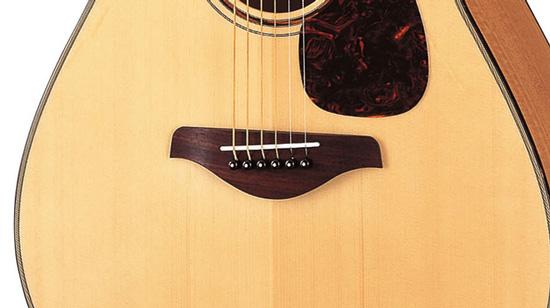 一般的なアコースティックギター(フォークギター)のブリッジサドル