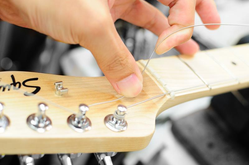 ナット上では弦を浮かす