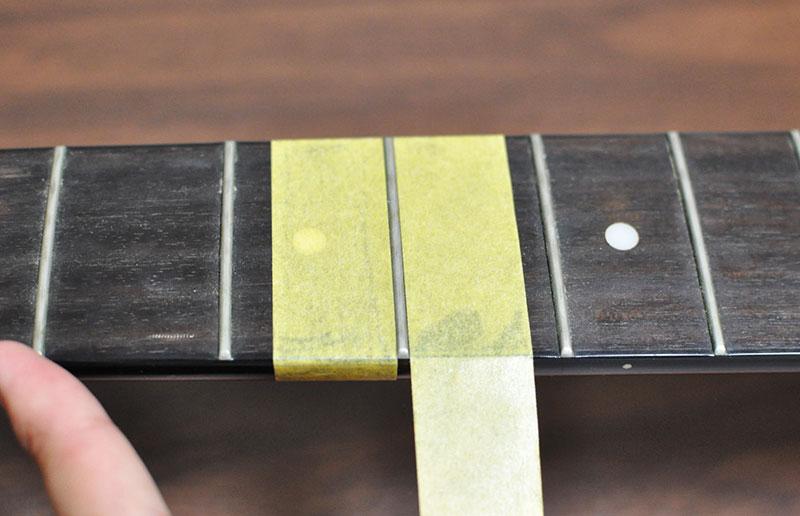 フレットの左右にマスキングテープを貼って保護